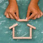 mano construyendo casa bloques madera 176474 7024