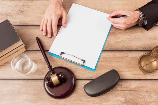 abogado cumplimentando documento 23 2147984050