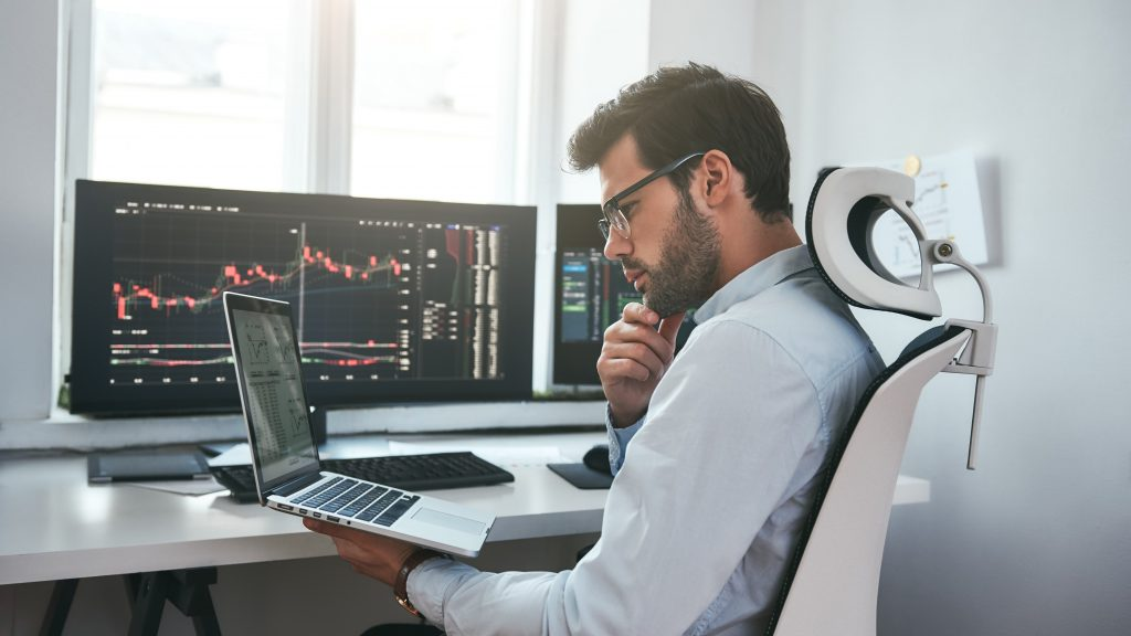 imagen de un inversor sobre la teoría del cisne negro